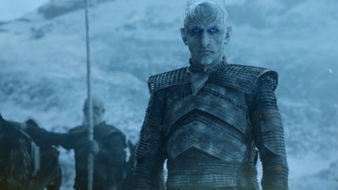 Il Re della Notte osserva intensamente il drago di Daenerys