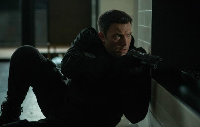 Ben Affleck si prepara a far fuoco in una scena del film