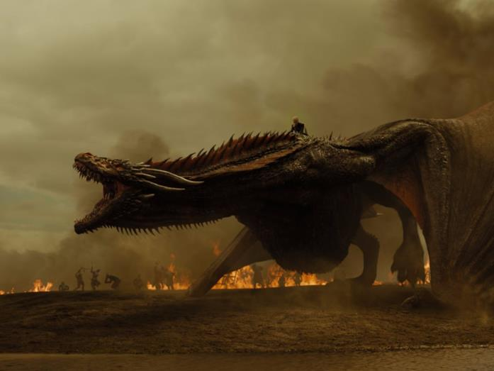 Emilia Clarke su un drago in Game of Thrones