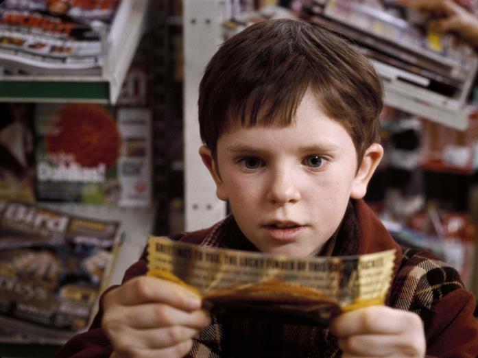 Charlie Bucket (Freddie Highmore) col biglietto dorato