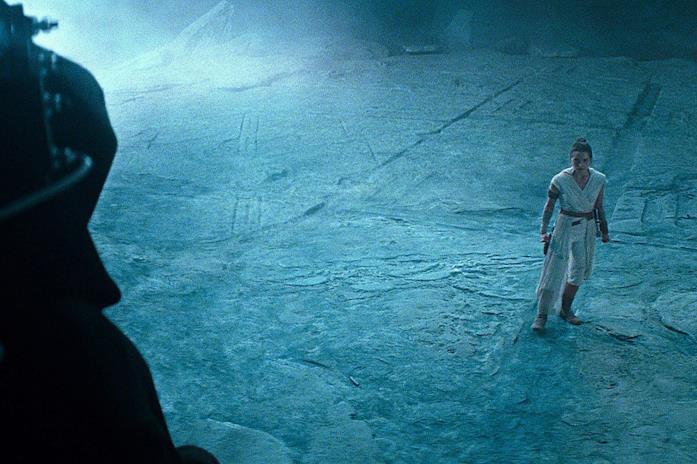 Rey al cospetto di Palpatine in una scena del film L'ascesa di Skywalker