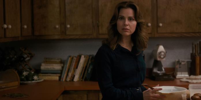 Cara Buono in Stranger Things 1, in cucina mentre prepara la cena