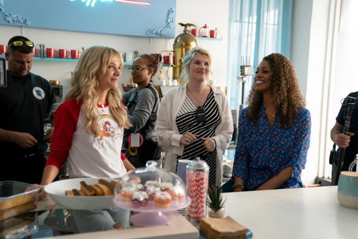 Carey Mulligan ed Emerald Fennell discutono sul set di Una donna promettente