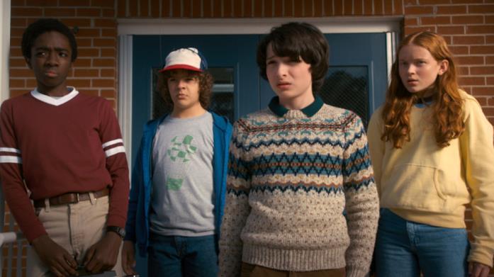 Lucas, Dustin, Mike e Max che osservano qualcosa sconvolti