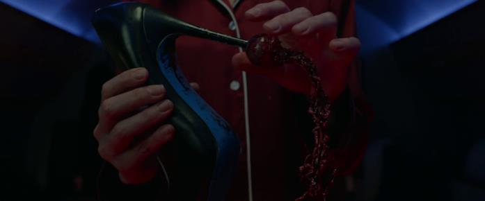 Athena sfila l'occhio del povero Randy dal tacco della scarpa