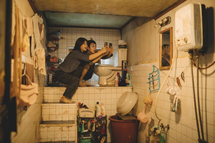 I due figli della famiglia Kim cercano di collegarsi ad una rete wi-fi nel bagno della propria casa