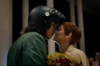 Henry e Ann si baciano