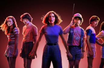 Il cast di Stranger Things guarda impaurito nella locandina della terza stagione