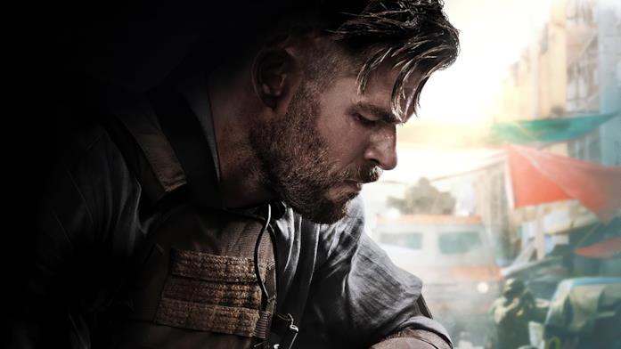 Profilo di Chris Hemsworth accovacciato in una scena di Tyler Rake