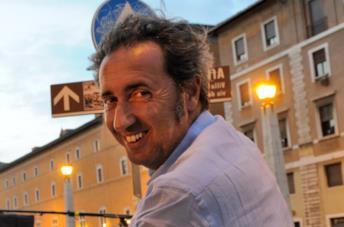 Un primo piano di un sorridente Paolo Sorrentino
