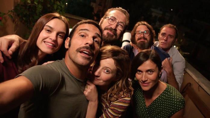 Una scena di Perfetti Sconosciuti con tutti i protagonisti del film