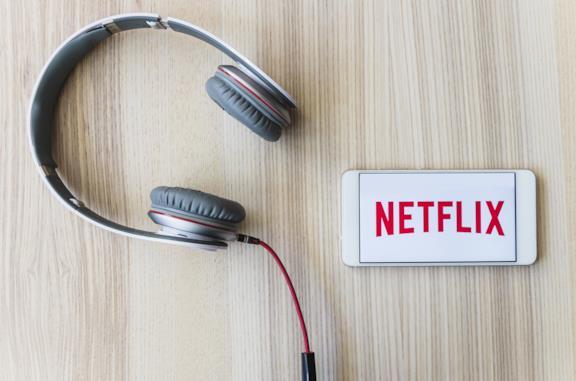 Il logo di Netflix sul display di uno smartphone Android