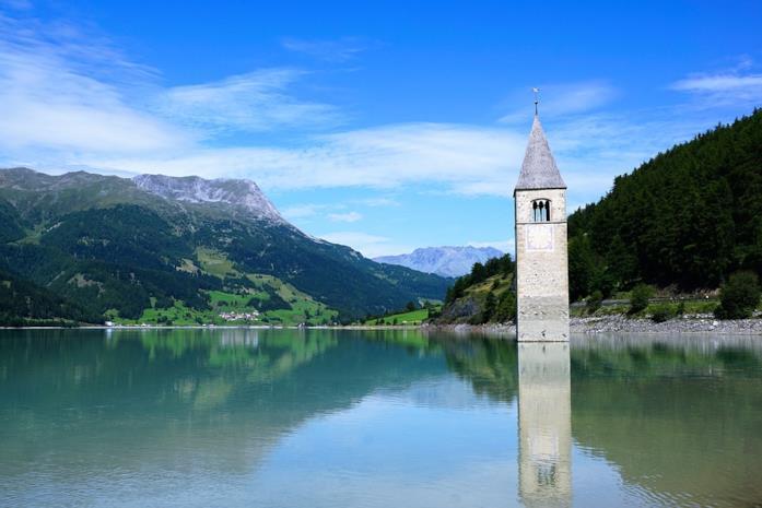 Il lago di Resia e il campanile della chiesa di Santa Caterina