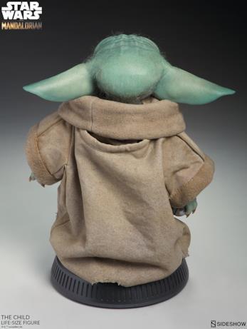 Baby Yoda di Sideshow visto da dietro