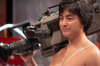 Takayuki Yamada in una scena della serie Il regista nudo