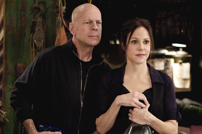Bruce Willis e Mary-Louise Parker in una scena di Red