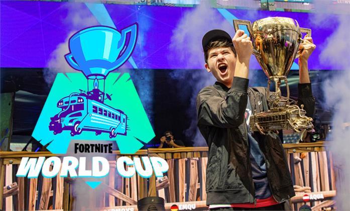 Bugha alla Fortnite World Cup 2019 mentre alza il trofeo
