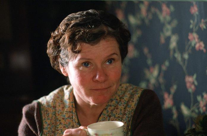 Imelda Staunton in una scena del film Il segreto di Vera Drake