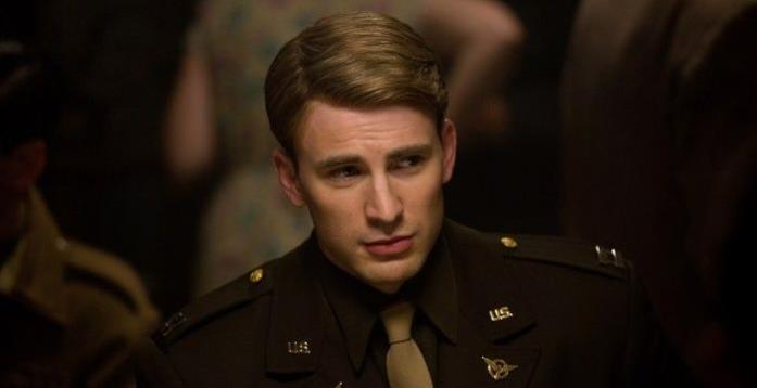 Steve Rogers in divisa in una scena del primo Captain America