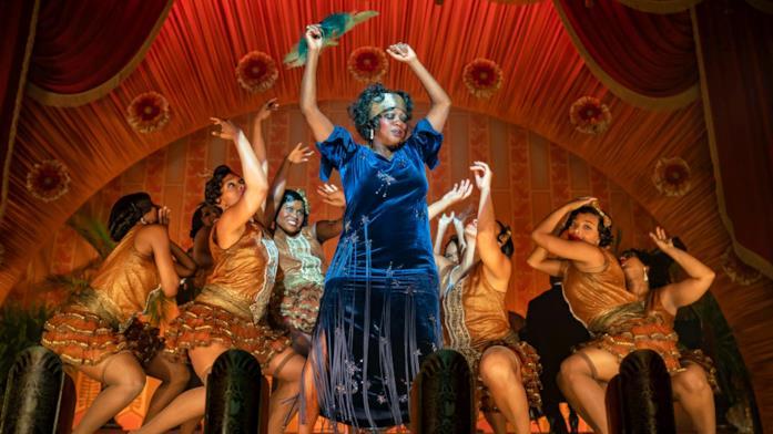 Ma si esibisce in un club nel profondo sud americano, vestita elegantissima e con un gruppo di belle ballerine attorno