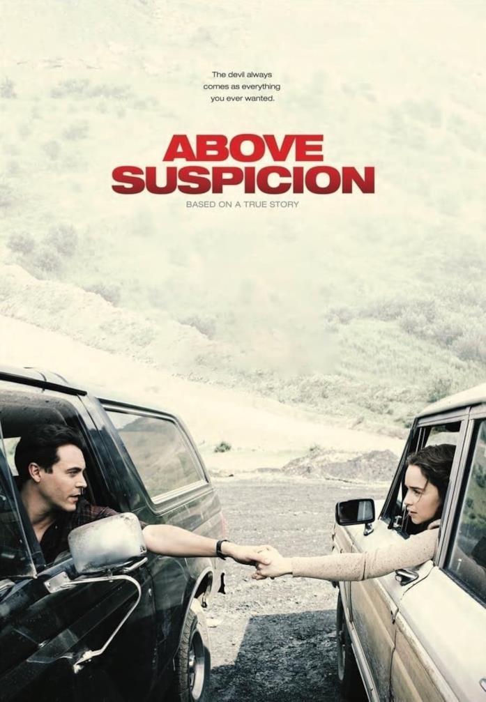 I due protagonisti di Above Suspicion si danno la mano, mentre sono seduti su auto diverse