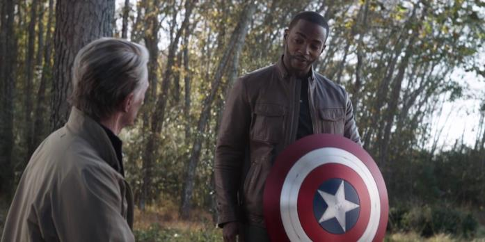 Steve Rogers consegna a Falcon lo scudo di Captain America in Avengers: Endgame