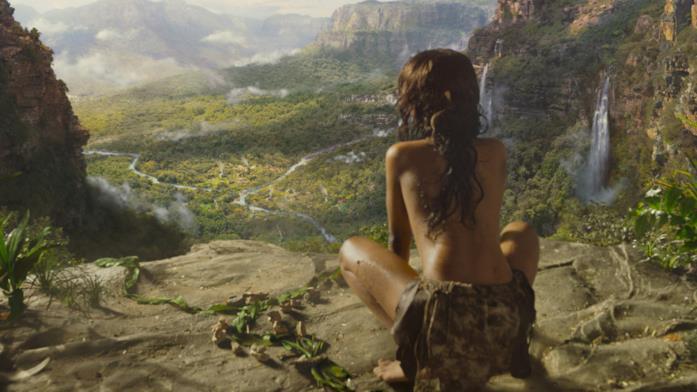 Rohan Chand di spalle osserva la giungla in una scena del film