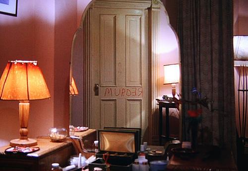Lo specchio che riflette la scritta REDRUM