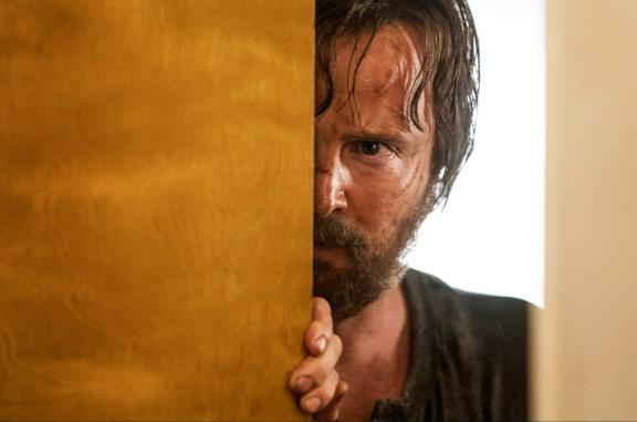 Jesse Pinkman apre una porta in una sequenza di El Camino