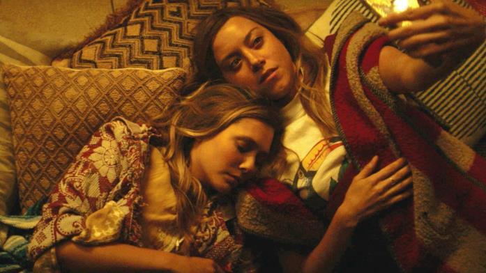 Elizabeth Olsen e Aubrey Plaza abbracciate