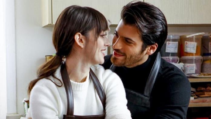 Özge Gürel e Can Yaman in una scena di Bitter Sweet - Ingredienti d'amore