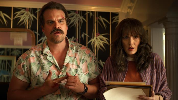 Primo piano di David Harbour e Winona Ryder in Stranger Things