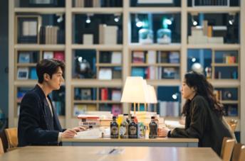 Lee Min-ho e Kim Go-eun in una scena della serie The King: Eternal Monarch