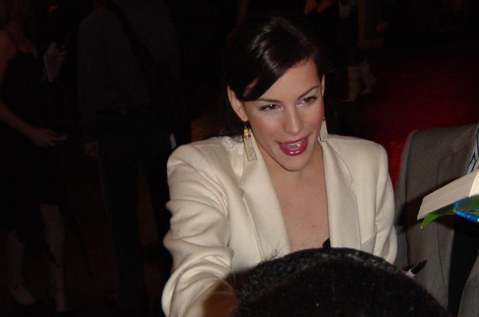 Una foto di Liv Tyler che firma autografi