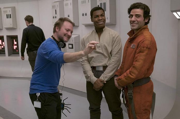 Rian Johnson con John Boyega e Oscar Isaac sul set del film Gli ultimi Jedi