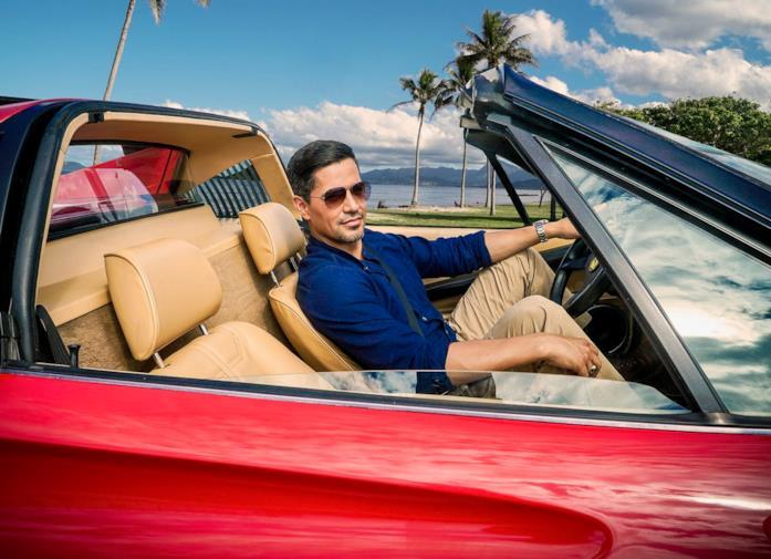 Jay Hernandez nel ruolo di Magnum P.I. sulla Ferrari