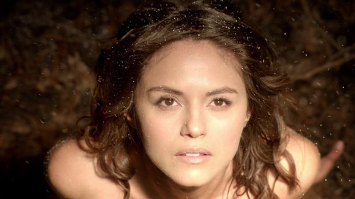 Leslie-Anne Huff in una scena di The Vampire Diaries