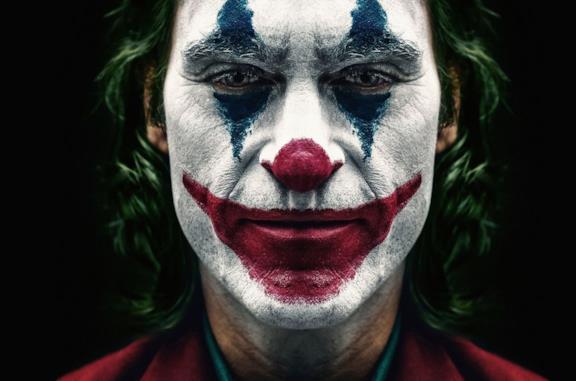 Un primo piano di Joker nel poster del film