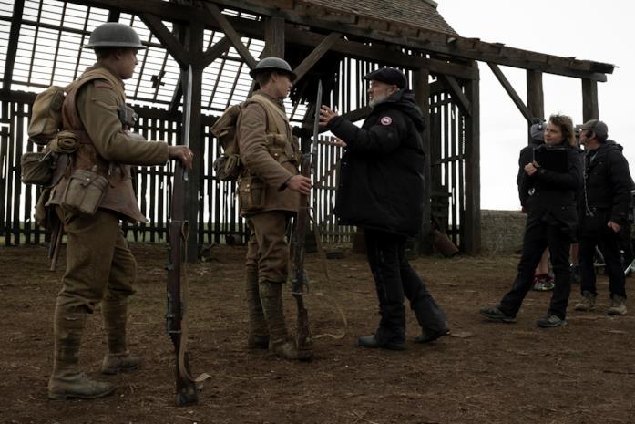 Sam Mendes sul set di 1917 dirige gli attori