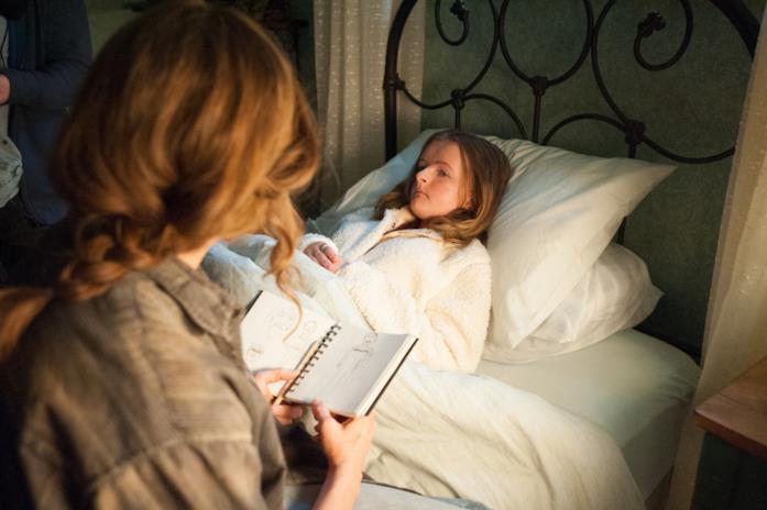 Toni Collette osserva i disegni della figlia
