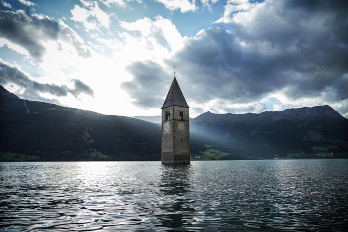 Il campanile di Curon al centro del lago di Resia