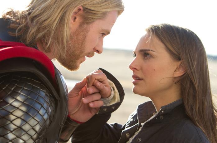 Thor, dopo essere arrivato sulla Terra, guarda negli occhi Jane Foster