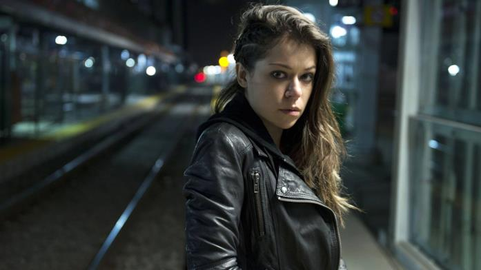Sarah Manning in stazione
