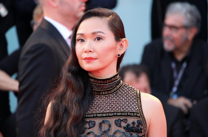 Hong Chau sorride ai fotografi sul sul red carpet di Dowsizing