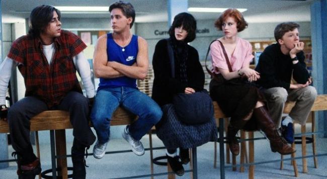 Judd Nelson, Emilio Estevez e gli altri attori del cast di The Breakfast Club in una foto dal set