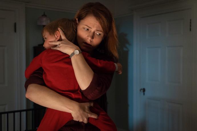 Rachel abbraccia il figlio Gage, spaventata