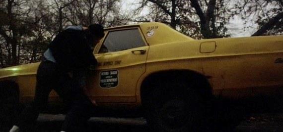 Arnold Schwarzenegger capovolge un taxi in una scena del film Ercole a New York
