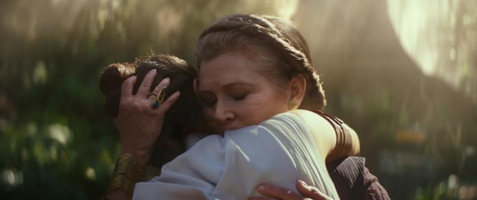 Leia e rey si abbracciano