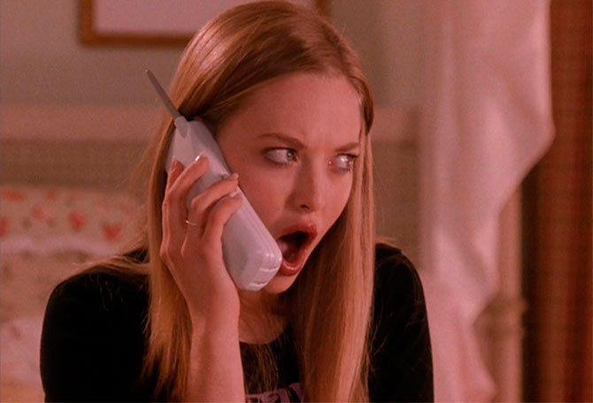 Karen sbalordita a telefono
