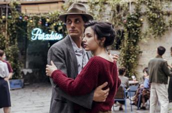 Luca Marinelli e Denise Sardisco in una scena del film Martin Eden